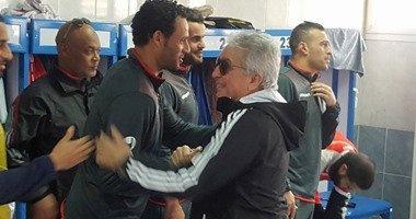 طولان يعنف باولو بسبب تشجيع أسوان أمام سموحة