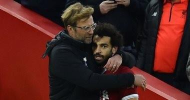 """""""حضن مخصوص"""".. شاهد تميمة حظ محمد صلاح وكلوب قبل مباريات ليفربول"""