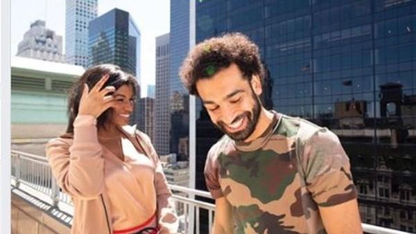 صاحبة سؤال «أوصف شعرك في كلمة».. محمد صلاح ينشر صورة مع المذيعة تايلور روكس