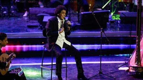 محمد منير يلازم الكرسي في حفل دار الأوبرا المصرية