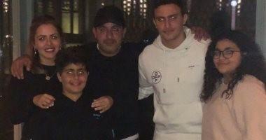 شاهد ظهور نادر لأحمد السقا وأبنائه الثلاثة ياسين ونادية وحمزة