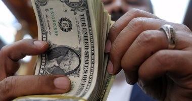 مصادر مصرفية تتوقع استمرار انخفاض الدولار ليصل إلى 17.2 جنيه