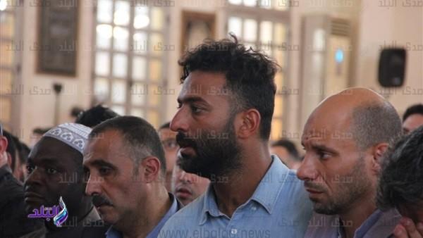 شاهد .. لحظة تشيع جثمان والد ميدو من مسجد السلام