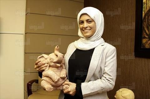 بالصور.. نحاتة المنيا: صممت تمثالا للهرم.. و«السيسي» أصر على وضعه في قصر الرئاسة