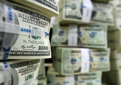 الدولار يستقر في البنوك الحكومية.. ويتخطى حاجز 18 جنيها في الخاصة