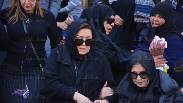 تشييع جثمان والد نهال عنبر بحضور 4 فنانين.. فيديو وصور