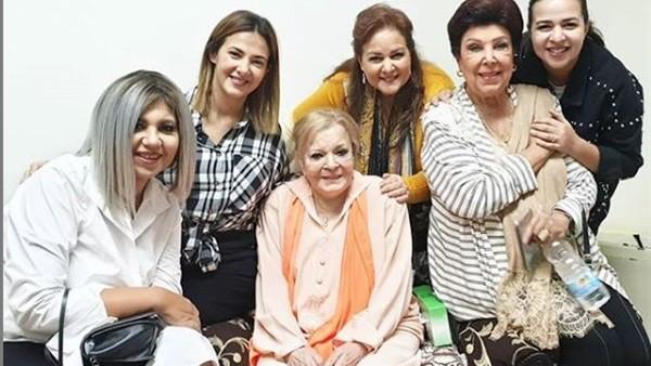 مع دنيا وإيمى سمير غانم.. أحدث ظهور لـ نادية لطفى فى المستشفى .. صور
