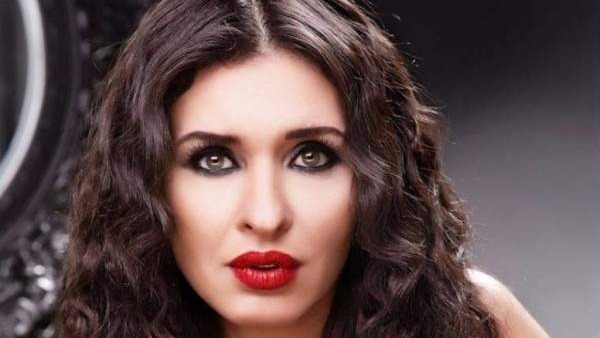 على عكس رانيا يوسف.. دينا الراقصة بإطلالة محتشمة في حفل تخرج ابنها