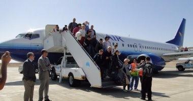 بالصور.. مطار مرسى علم يحتفى بـ171 سائحا أوكرانيا بمدافع المياه