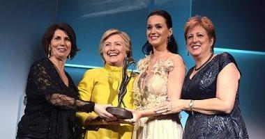 بالصور.. هيلارى كلينتون تفاجئ كاتى بيرى فى حفل UNICEF Snowflake Ball