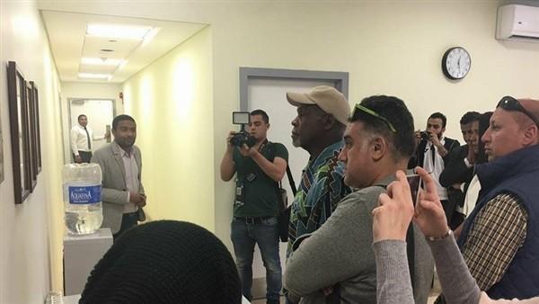 داني جلوفر يزور مستشفى مجدي يعقوب بأسوان