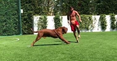 شاهد.. ميسى يستعرض مهاراته فى كرة القدم مع زميل استثنائى
