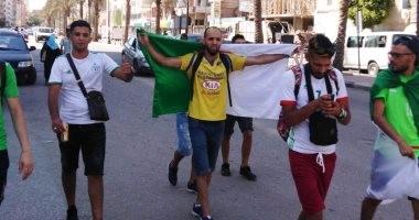 جماهير الجزائر تهتف الشعب يريد كأس أفريقيا أمام استاد السويس .. فيديو