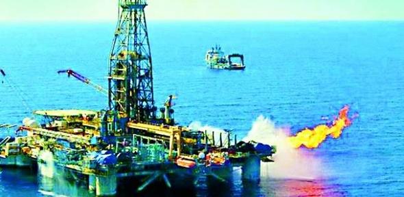 النفط يتراجع مع مخاوف من تخمة المعروض