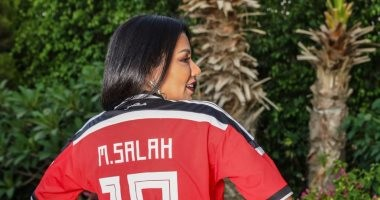 شاهد.. رانيا يوسف تدعم الفراعنة بارتداء قميص محمد صلاح
