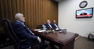 بالصور.. هنية يشاهد مراسم المصالحة الفلسطينية بين فتح وحماس من التلفاز