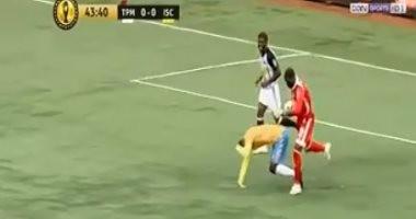 فيديو.. طرد حارس مازيمبى أمام الإسماعيلى بسبب التعدى على شيلونجو