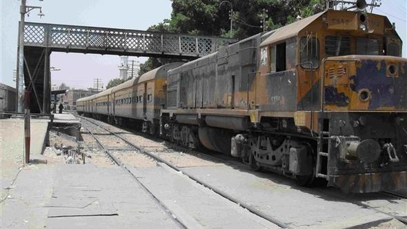 تعطل قطار 45 دقيقة لعبث بائع متجول ببلف الخطر بسوهاج