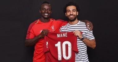 مانى يحتفل مع محمد صلاح بالحصول على القميص رقم 10 فى ليفربول