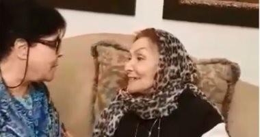 بكيزة وزغلول.. إسعاد يونس تزور سهير البابلى بعد خروجها من المستشفى.. فيديو