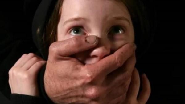 موظف يغتصب طفلة عمرها عامين بحلوان ويصيبها بنزيف وإغماء.. ووالدة الضحية: تركتها أمانة عنده
