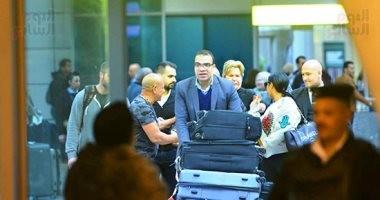 صور.. محمد لطفى يستقبل مايك تايسون فى مطار القاهرة