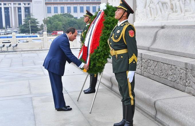 «السيسي» يضع إكليلا من الزهور على النصب التذكاري لأبطال الشعب الصيني