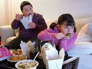 الإعلانات التلفزيونية تحفز الأطفال على تناول وجبات غير صحية