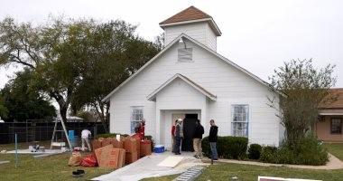 بالصور.. ترميم كنيسة تكساس وقس يدعو لهدمها بعد مقتل 26 شخصا