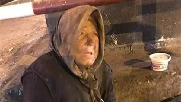 عجوز الإسكندرية.. تحتضن جواز سفرها وتنام في العراء وتنتظر طوق النجاة