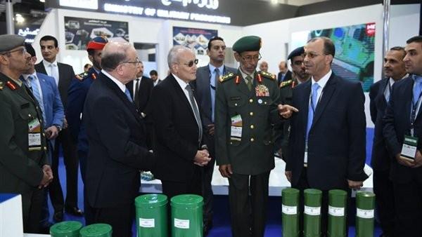 العصار ورئيس أركان الجيش الإماراتي يتفقدان جناح الإنتاج الحربي بمعرض إيديكس 2018