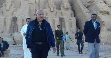 صور.. مجدى يعقوب ووفد من العائلة الملكية ببريطانيا يزور معبد أبو سمبل