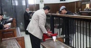 """قاضى """"داعش إسكندرية"""" يسمح لطفل بلقاء والده داخل القفص.. صور"""