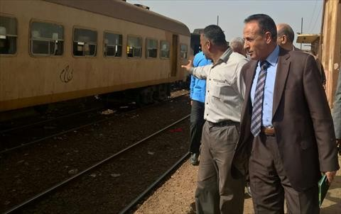 بالصور.. رئيس السكة الحديد يتفقد قطارات «المناشي».. ويراجع «التهديات» على القضبان