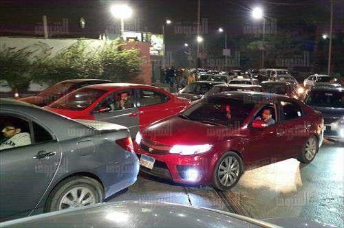 بالصور.. زحام على محطات الوقود قبيل تطبيق الأسعار الجديدة