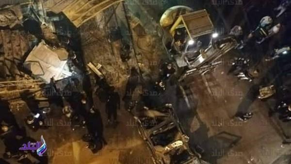 شهود عيان يروون لحظات الرعب في انقلاب سيارة شرطة على كوبري مشاة بأرض اللواء.. فيديو وصور