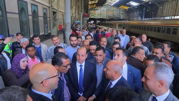 الوزير يحذر من محطة مصر: لن نسمح بأي تقصير أو تأخير في خدمة الركاب.. صور
