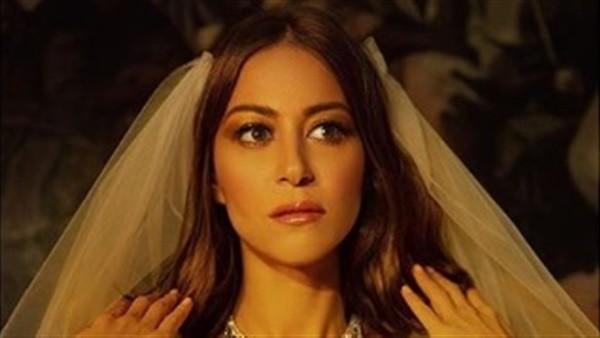 آخرهن منة شلبي.. نجمات تألقن بفساتين زفاف في جلسات التصوير