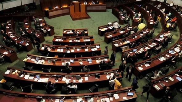 فوضى في برلمان هونج كونج بعد اقتحامه من مشرعين مؤيدين للاستقلال