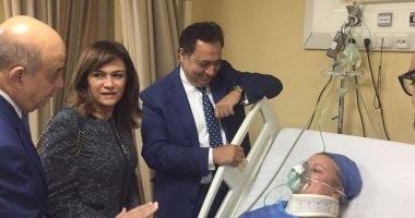 وزير السياحة يزور مصابات حادث الغردقة بمعهد ناصر