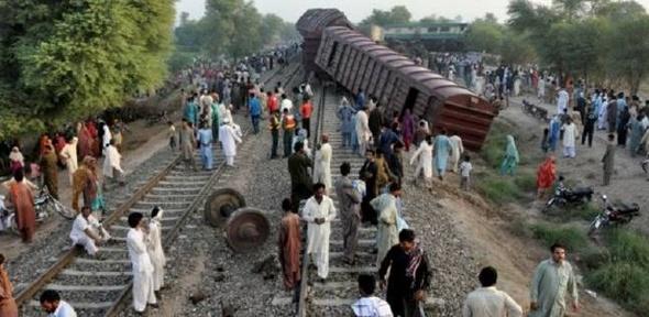17 قتيلا على الأقل في تصادم بين قطارين في باكستان