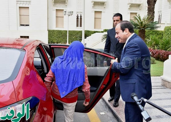 """شاهد.. السيسي يفتح باب السيارة لـ""""فتاة العربة"""""""
