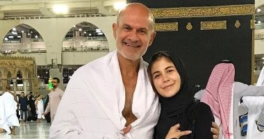 """صورة.. ملك قورة تؤدى مناسك العمرة برفقة والدها: """"ربنا يكتبها للجميع"""""""