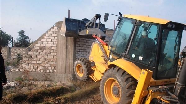 إزالة 18 تعديًا بالبناء على الأراضي بمدينة سوهاج