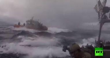 شاهد ..لحظة اقتحام حرس السواحل الأمريكى لغواصة محملة بالمخدرات