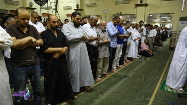 المئات يؤدون صلاة خسوف القمر بمسجد مصطفى محمود.. صور وفيديو