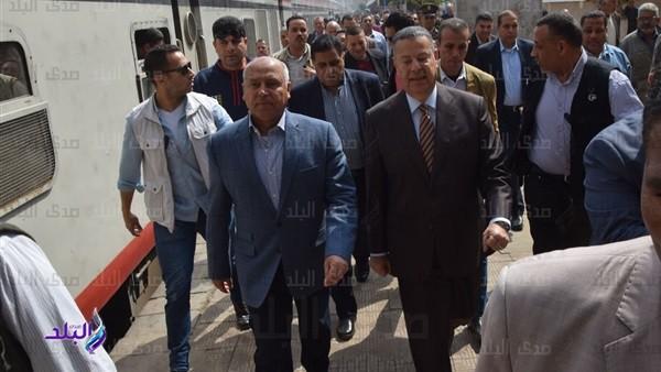 وزير النقل يستقل جرار قطار من القاهرة لبني سويف.. فيديو وصور