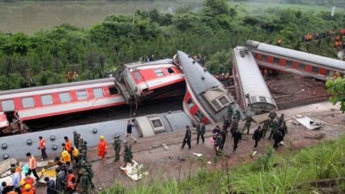شاهد.. ارتفاع ضحايا خروج قطار عن مساره في الهند إلى 60 قتيلًا
