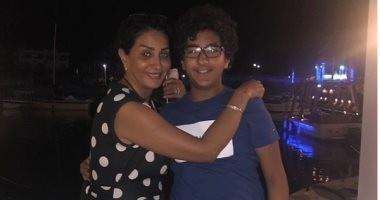 """وفاء عامر تهرب من """"عيدية"""" ابنها بالصلاة"""
